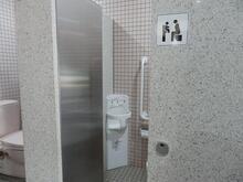 トイレにベビーチェアを新しく設置しました